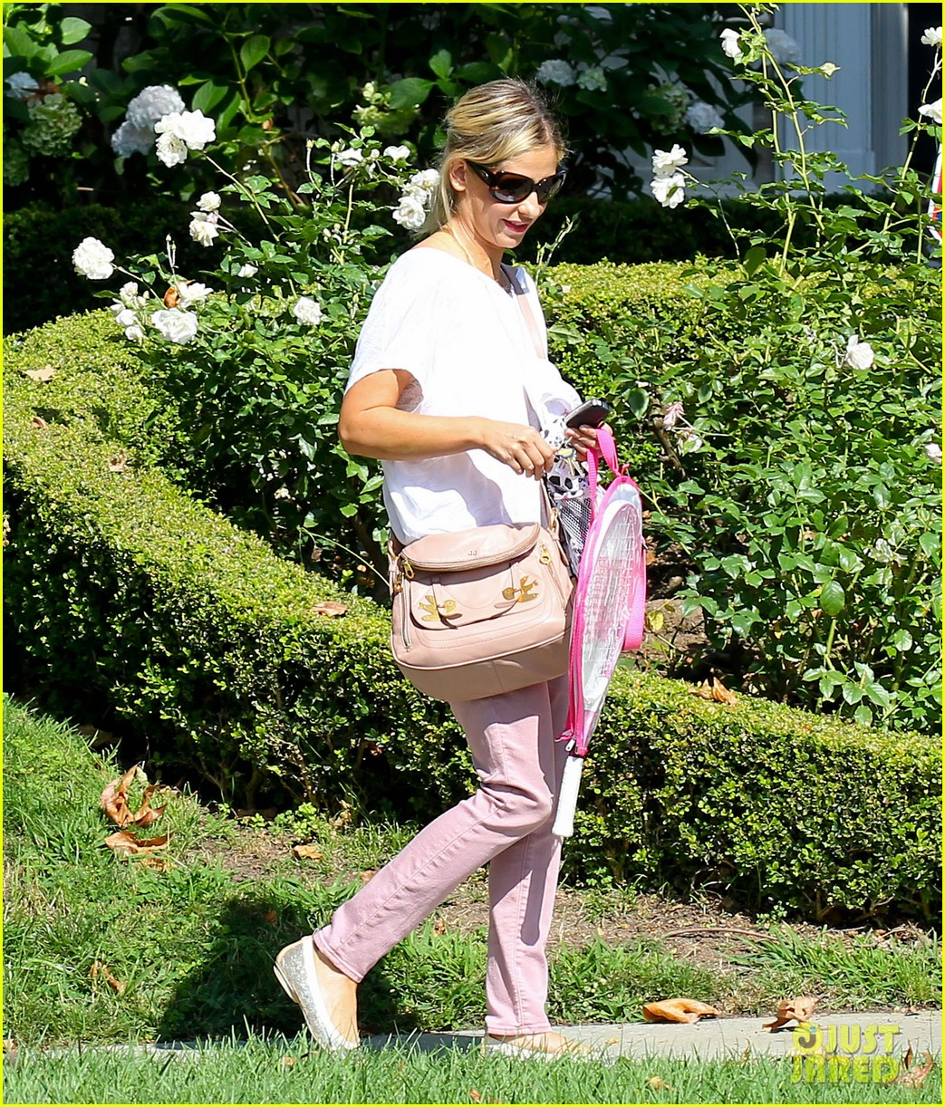 sarah michelle gellar tracked down robin williams for crazy ones 082915754