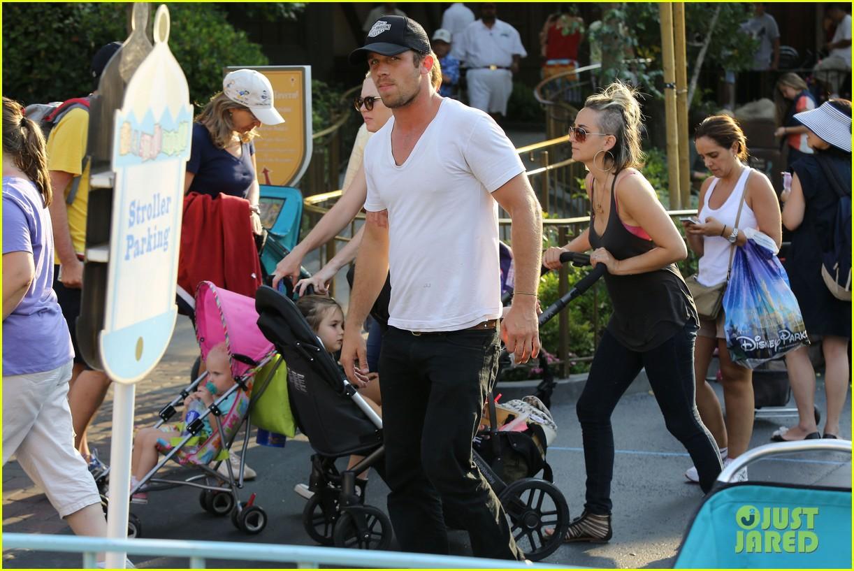 cam gigandet debuts baby rekker on family disney trip 082902537