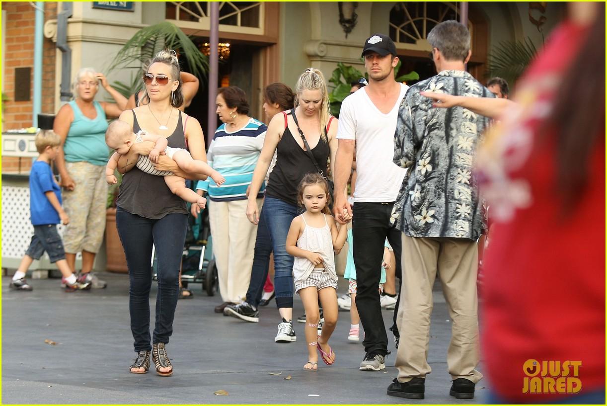 cam gigandet debuts baby rekker on family disney trip 162902545
