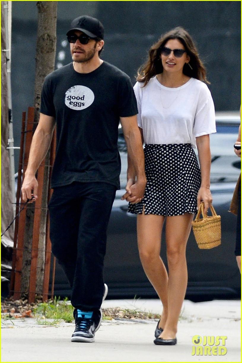 jake gyllenhaal alyssa miller holding hands 022909853