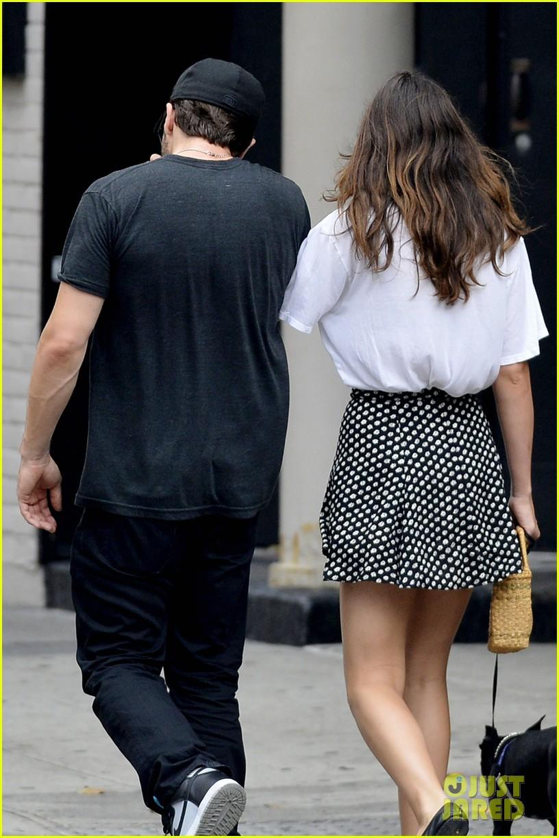 jake gyllenhaal alyssa miller holding hands 032909854