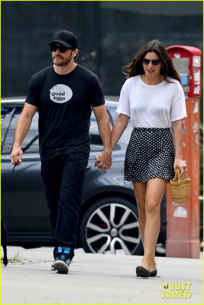 jake gyllenhaal alyssa miller holding hands 052909856