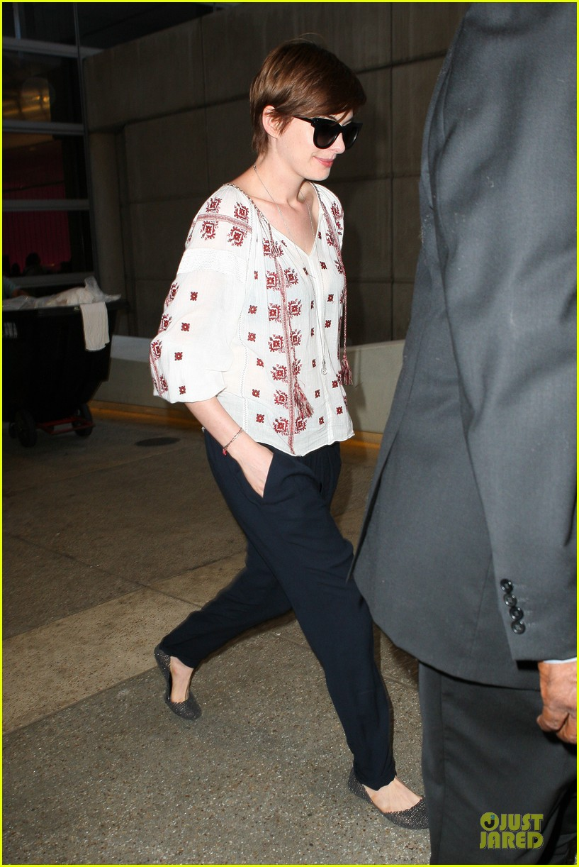 anne hathaway lax arrival after independence day weekend 042906327