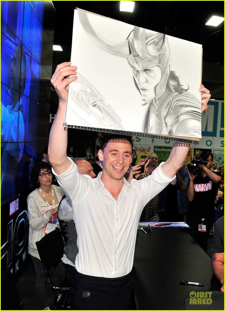 tom hiddleston thor autograph signing at comic con 022914438