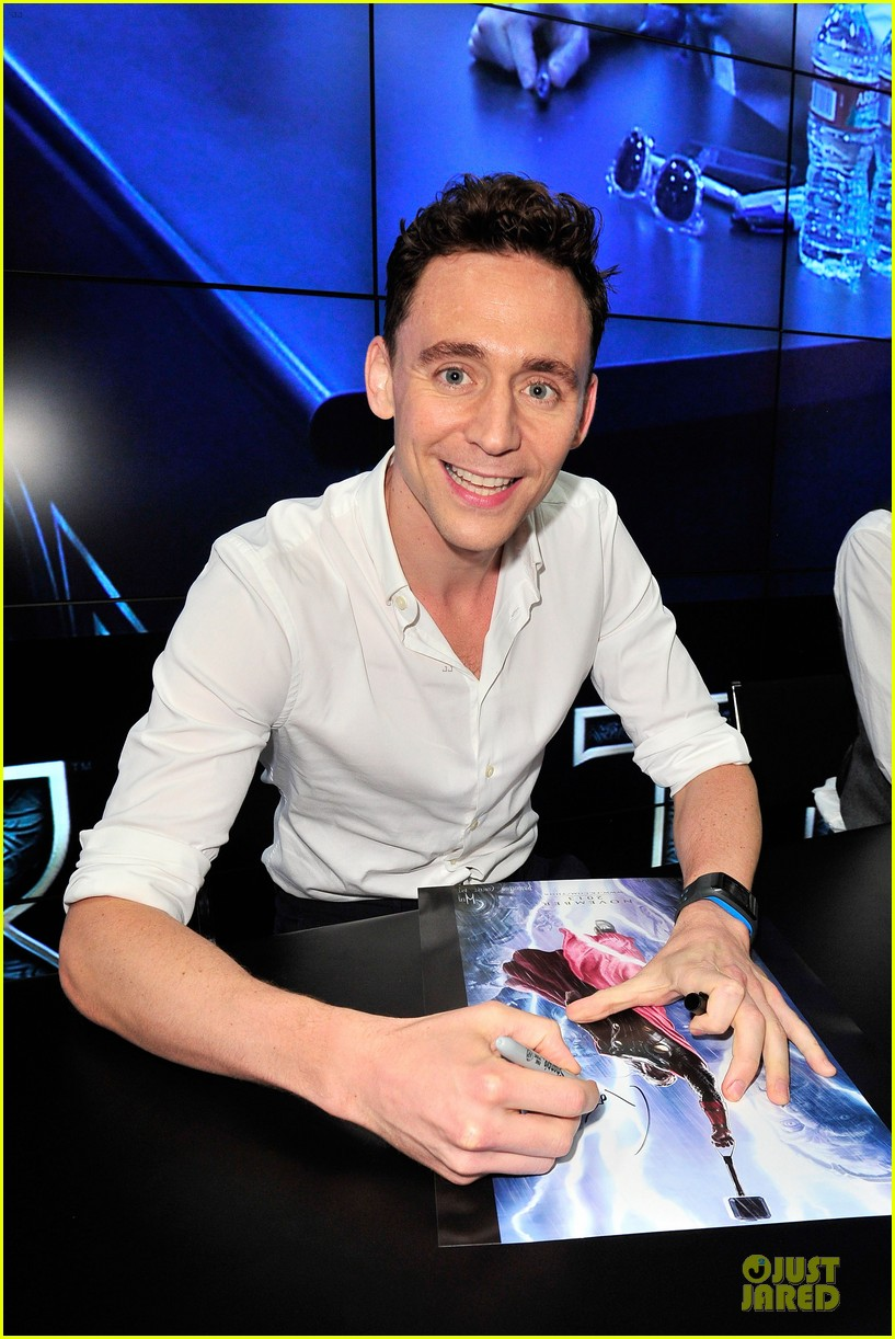 tom hiddleston thor autograph signing at comic con 042914440