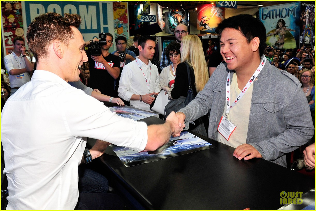 tom hiddleston thor autograph signing at comic con 062914442