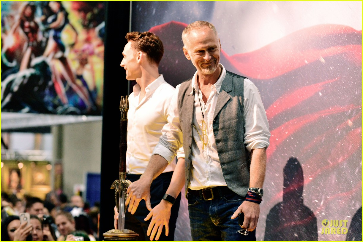 tom hiddleston thor autograph signing at comic con 08