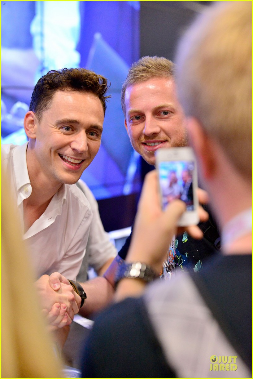 tom hiddleston thor autograph signing at comic con 10