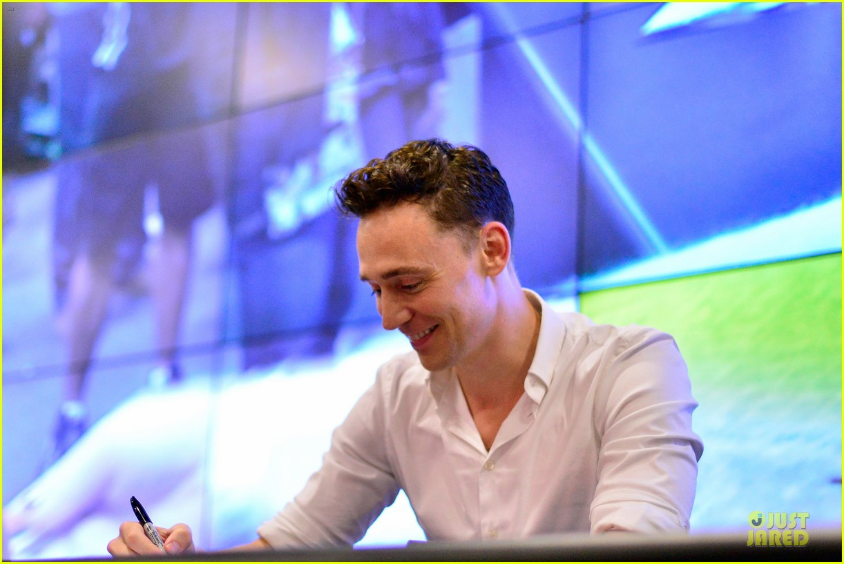 tom hiddleston thor autograph signing at comic con 112914447