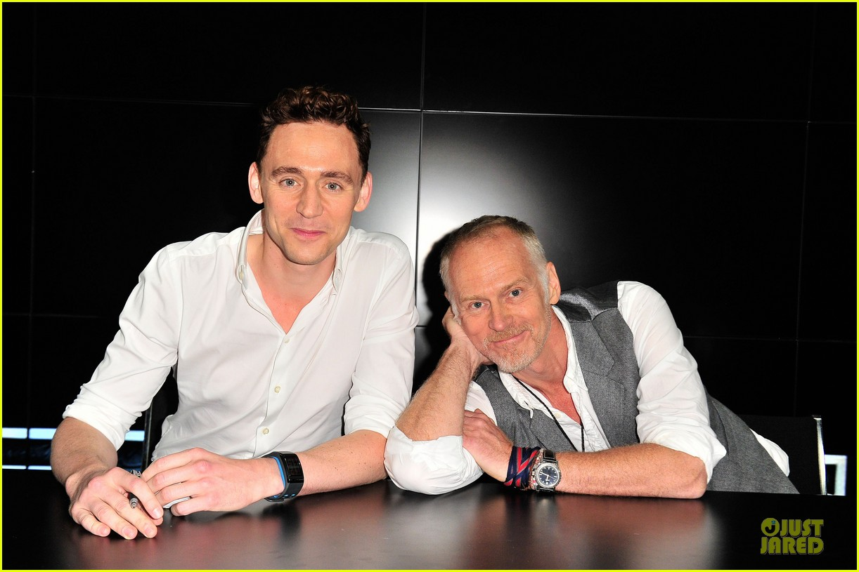 tom hiddleston thor autograph signing at comic con 122914448