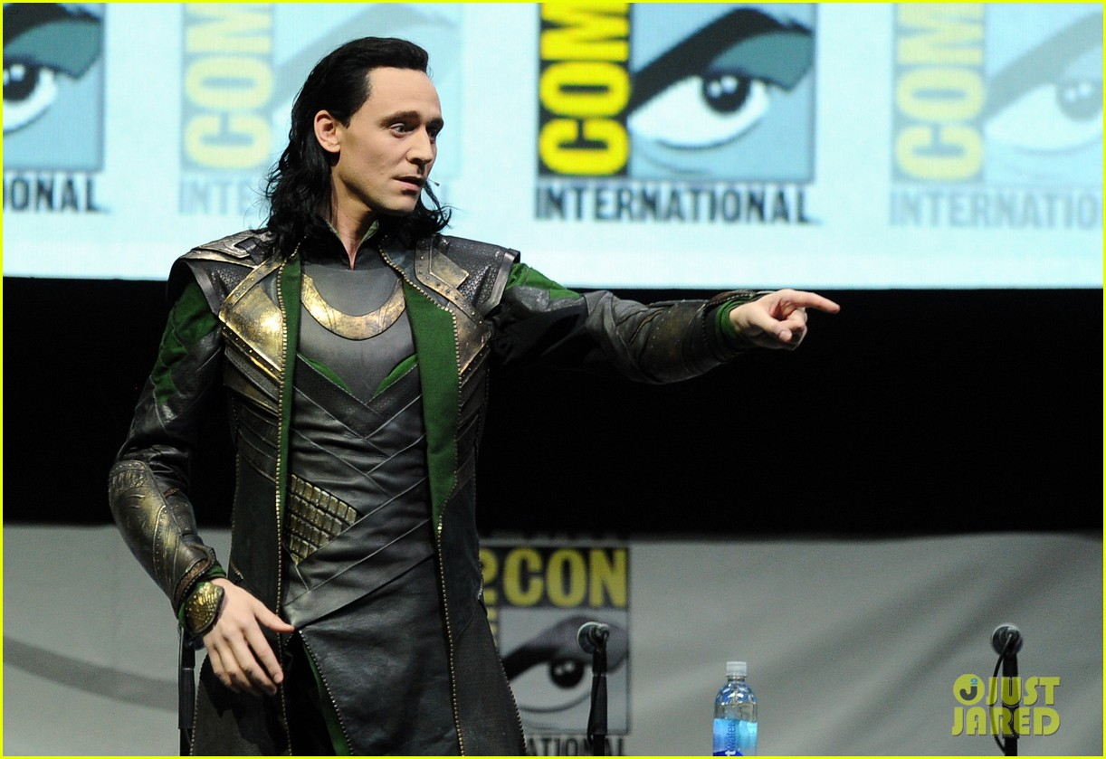 tom hiddleston attends thor comic con panel as loki 06