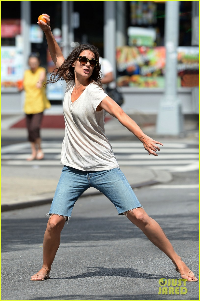 katie holmes plays ball with luke kirby for mania days 032915990