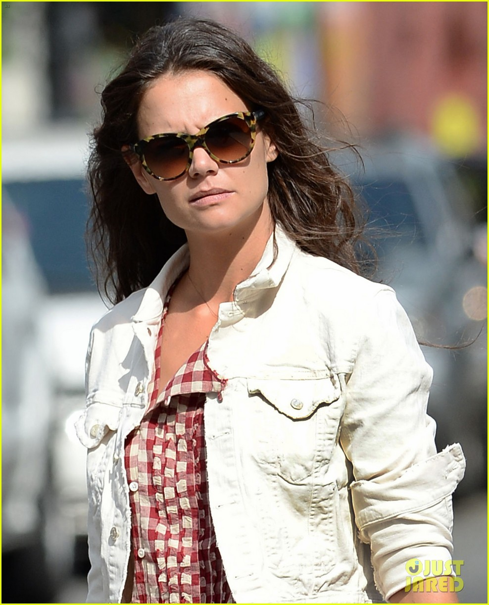 katie holmes plays ball with luke kirby for mania days 042915991