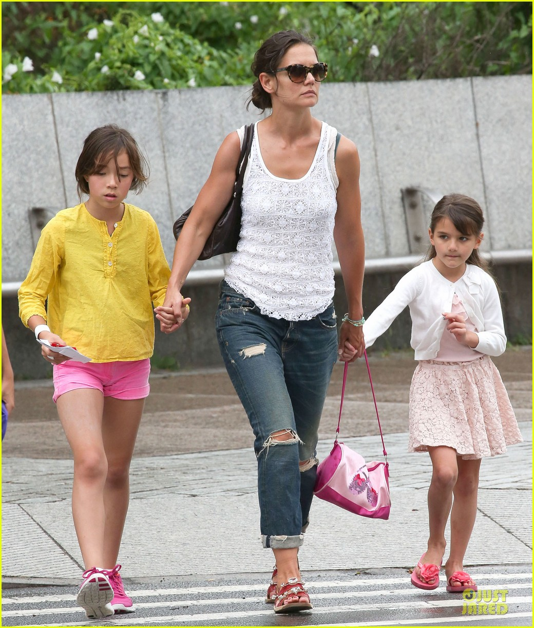 katie holmes outfit change after suri gymnastics class 012908683