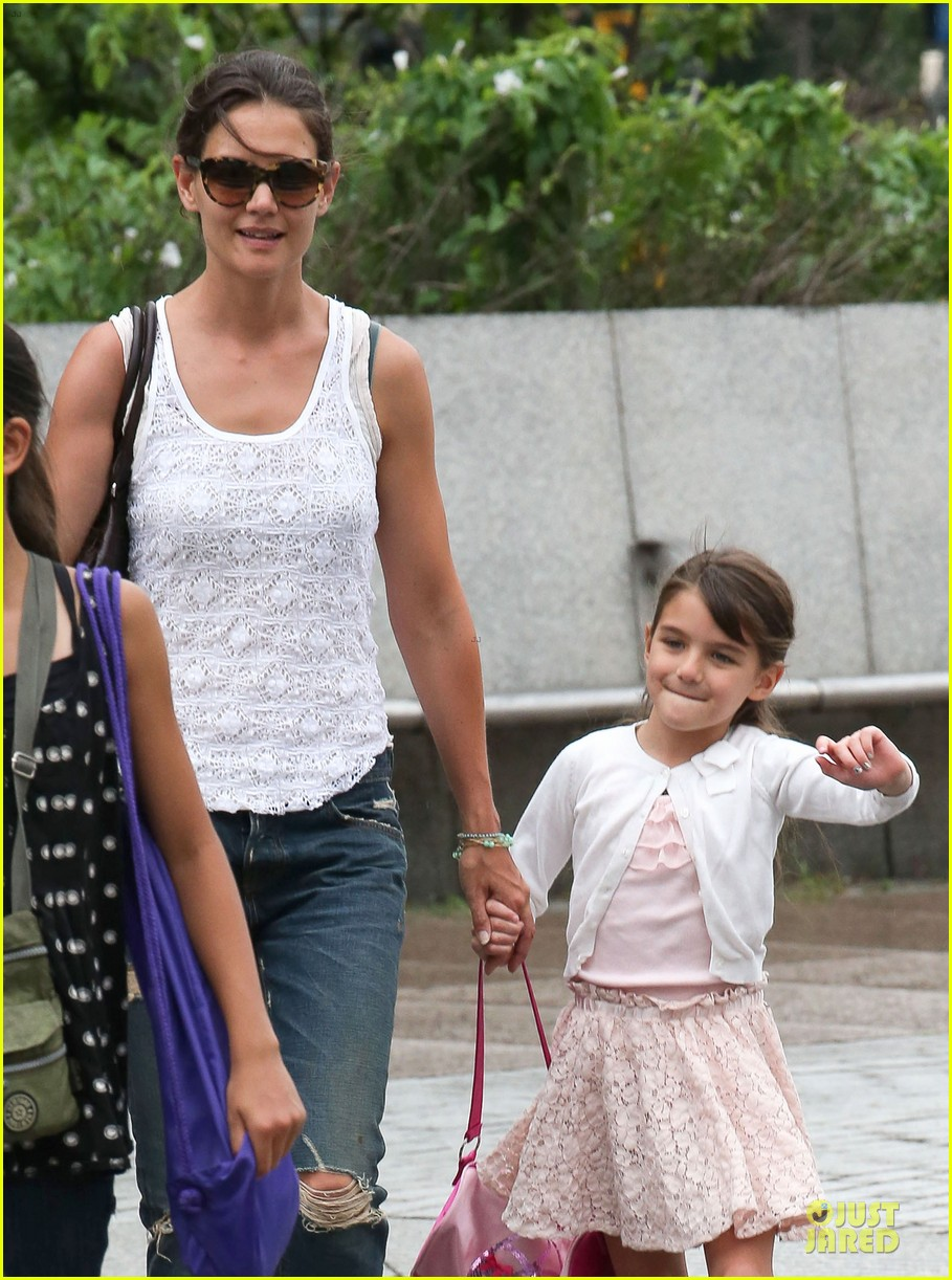 katie holmes outfit change after suri gymnastics class 102908692