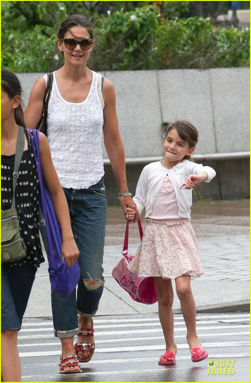 katie holmes outfit change after suri gymnastics class 132908695