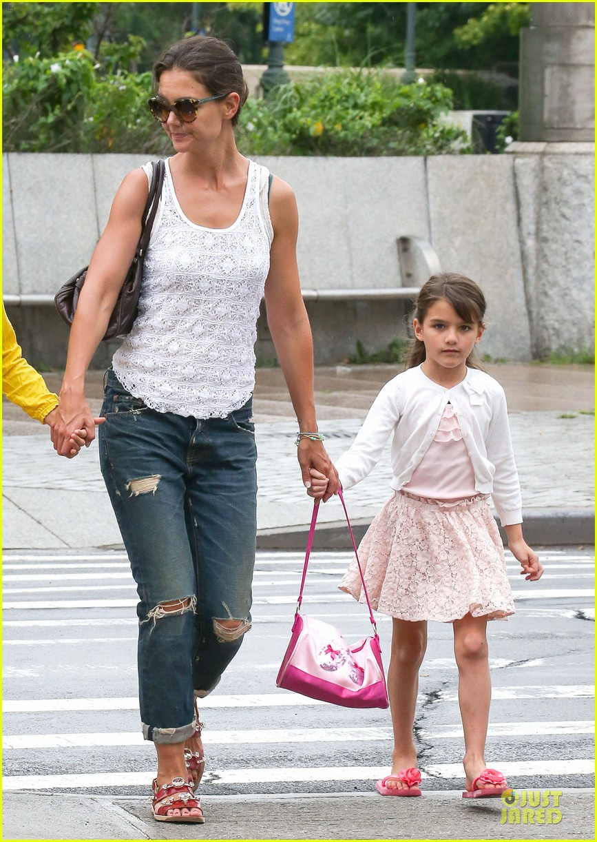 katie holmes outfit change after suri gymnastics class 142908696