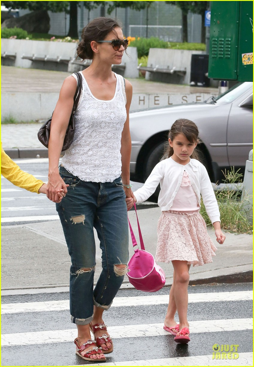 katie holmes outfit change after suri gymnastics class 16