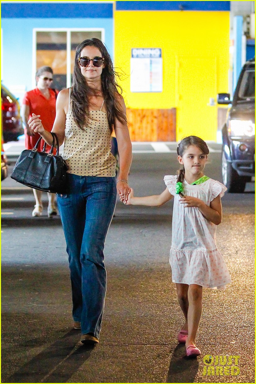 katie holmes picks suri up from gym class 012909907
