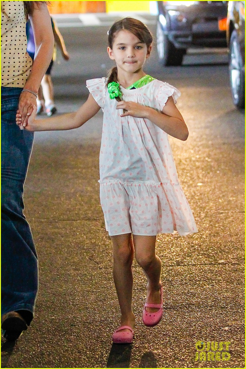 katie holmes picks suri up from gym class 032909909