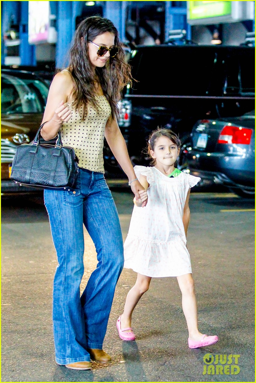 katie holmes picks suri up from gym class 05
