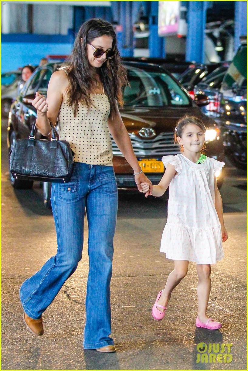 katie holmes picks suri up from gym class 06