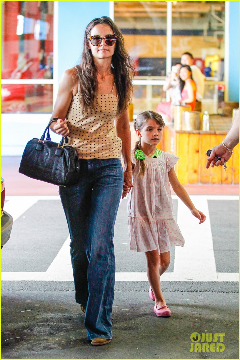 katie holmes picks suri up from gym class 07