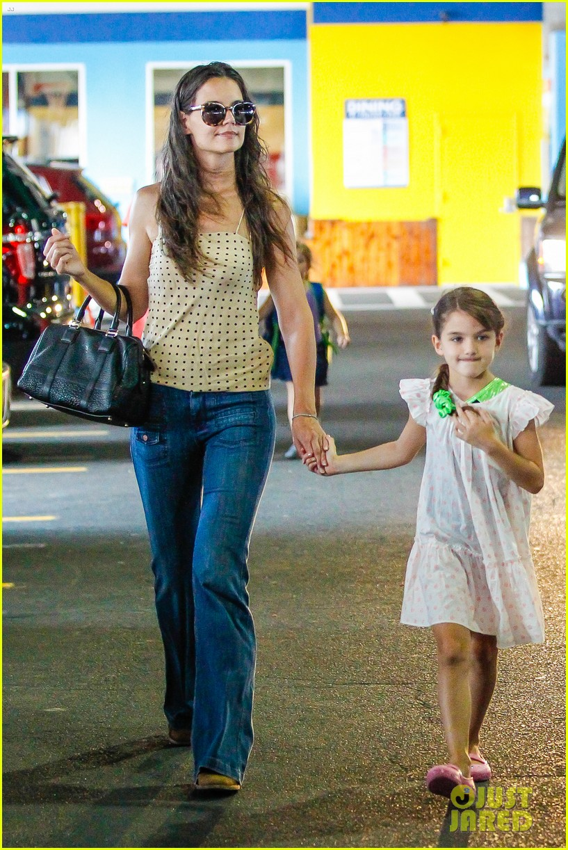 katie holmes picks suri up from gym class 082909914
