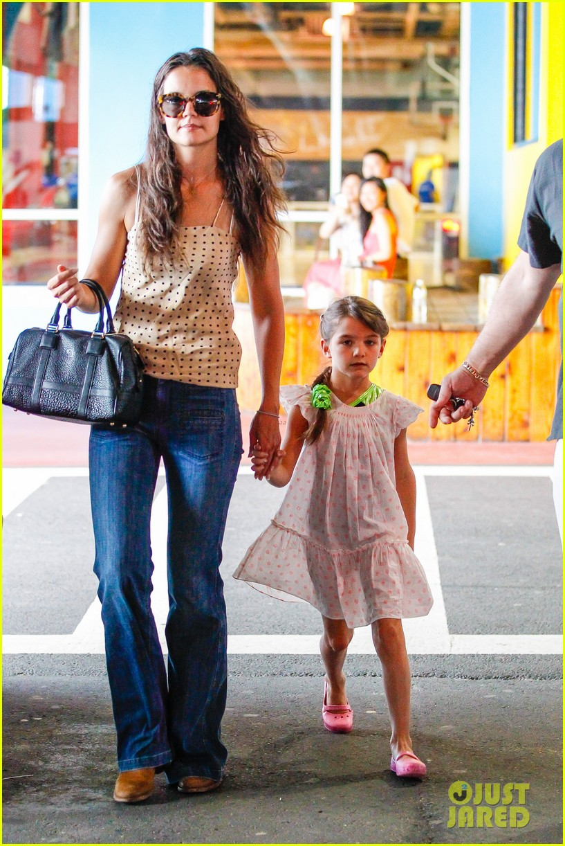 katie holmes picks suri up from gym class 092909915