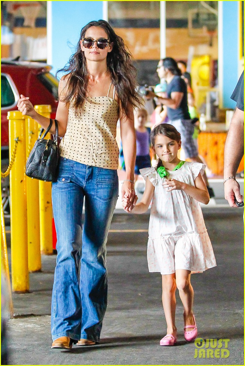 katie holmes picks suri up from gym class 112909917