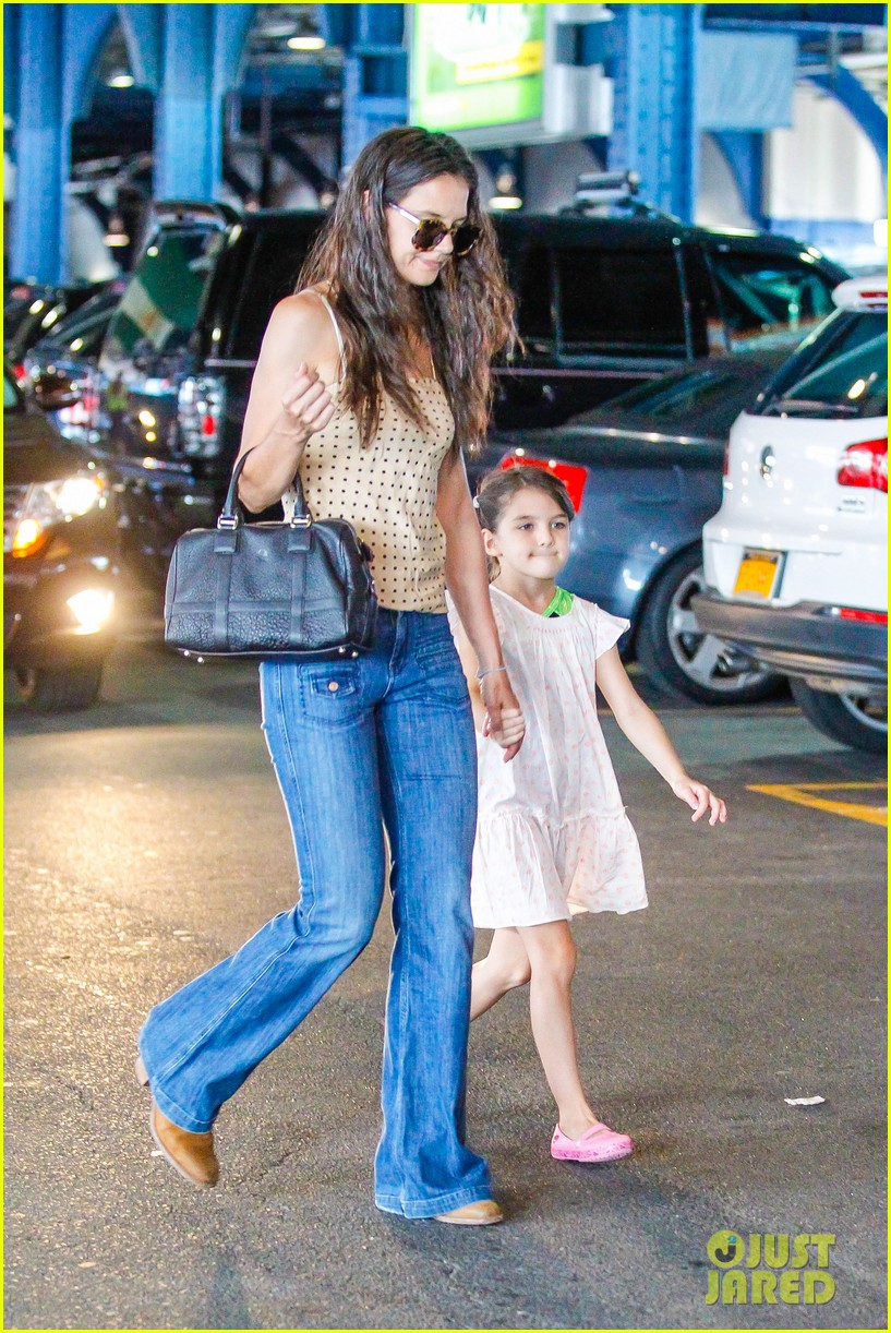 katie holmes picks suri up from gym class 152909921