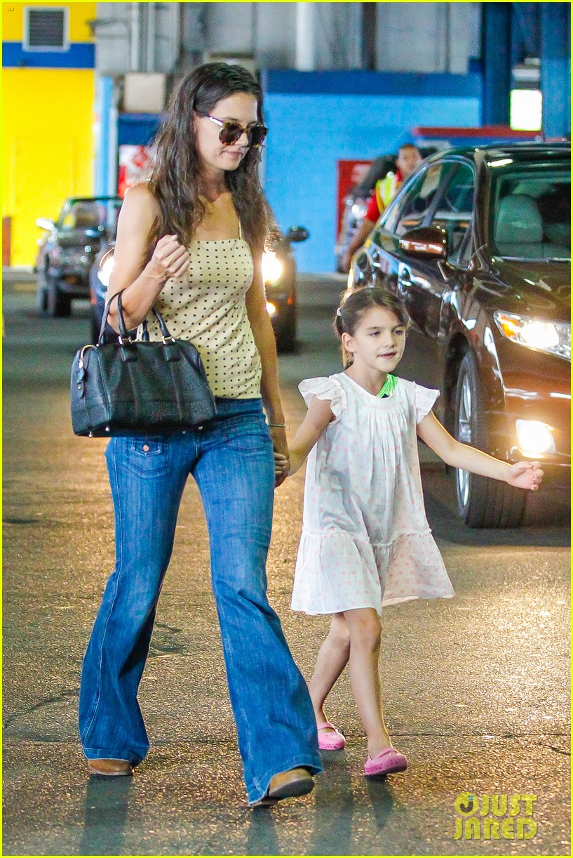 katie holmes picks suri up from gym class 172909923