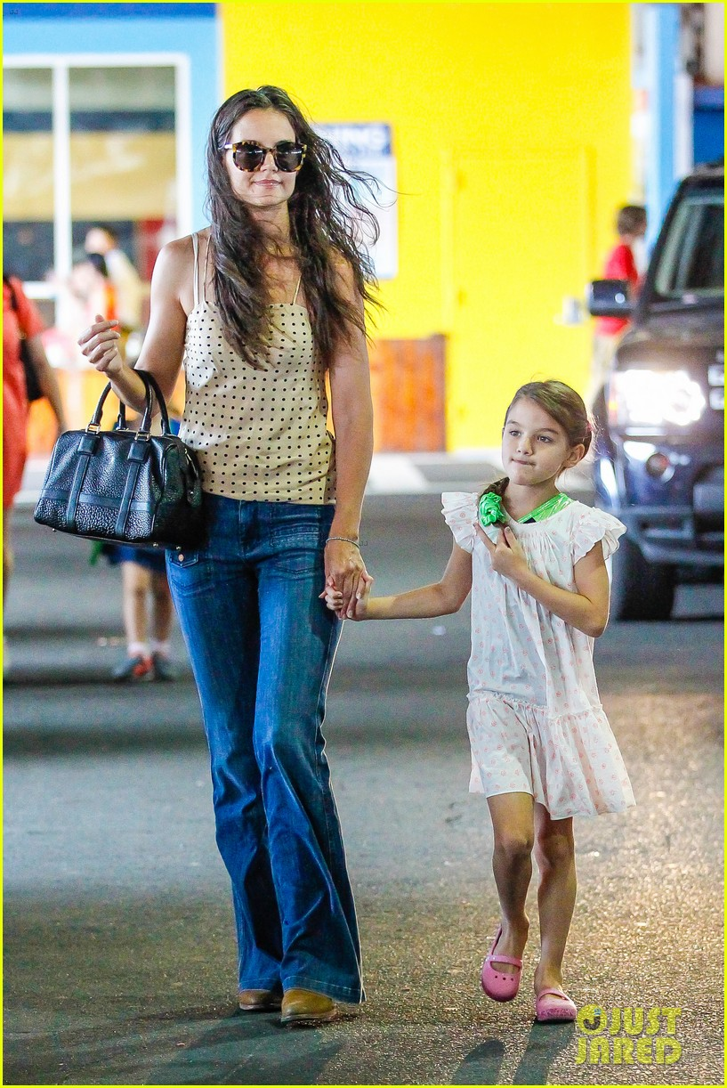 katie holmes picks suri up from gym class 182909924