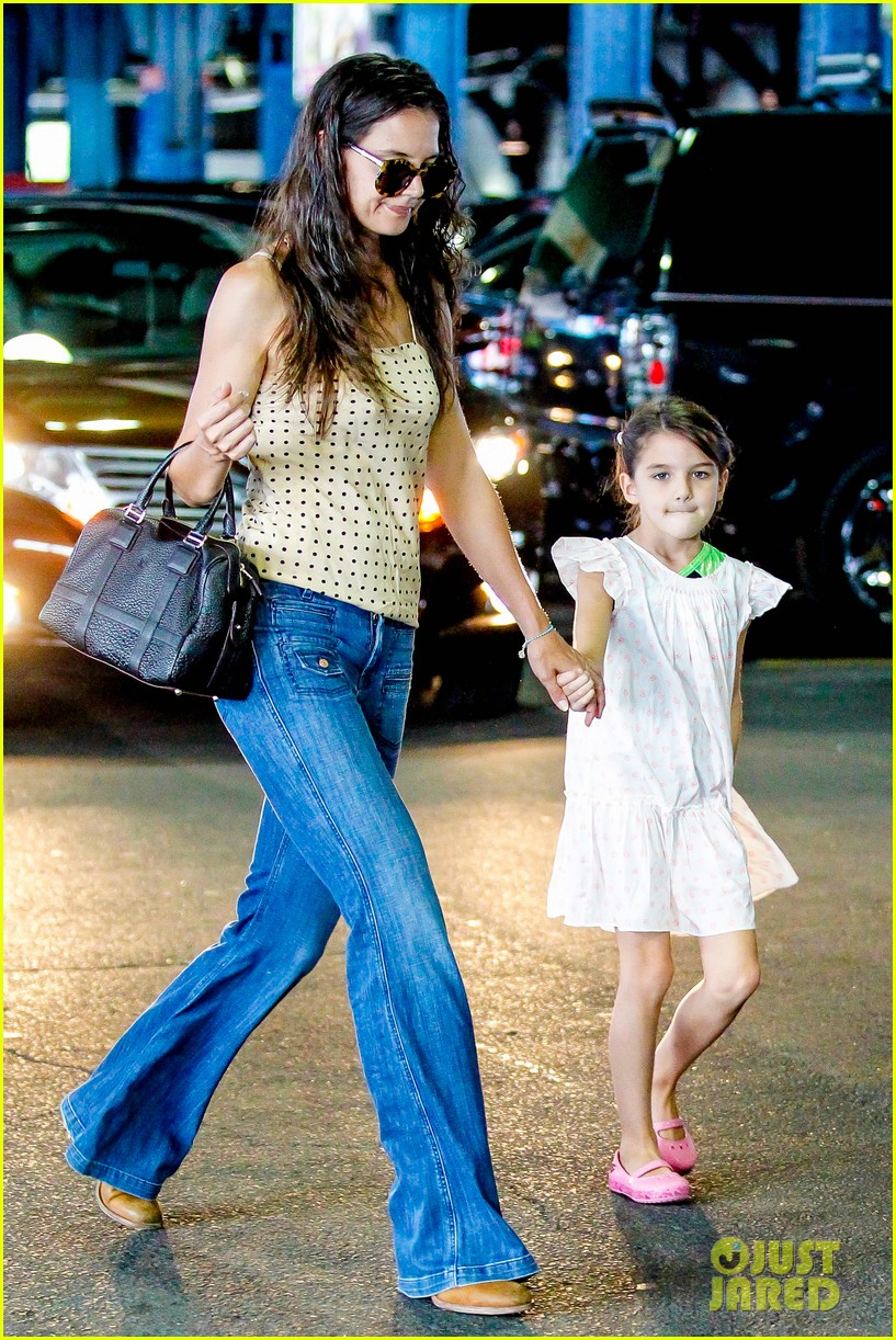 katie holmes picks suri up from gym class 192909925