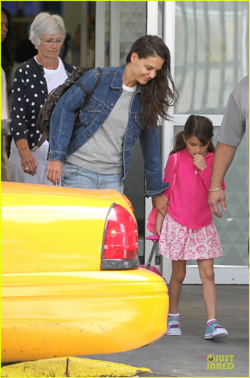 katie holmes jfk arrival before july 4th weekend 012903059