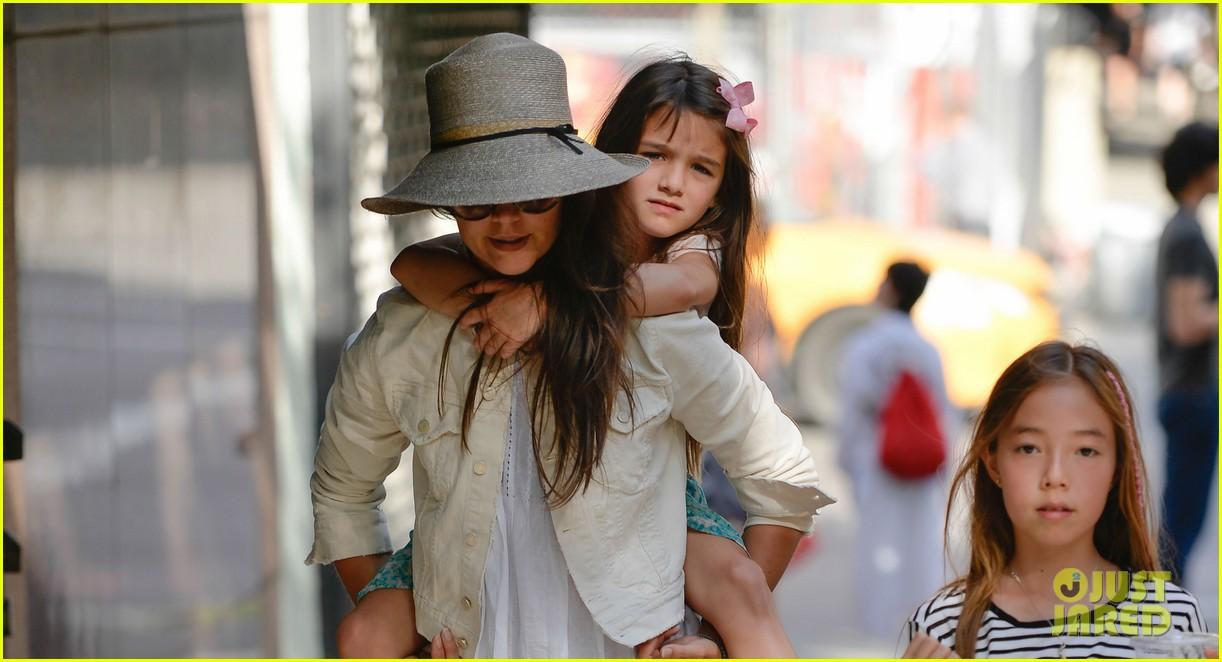 katie holmes suri gets a piggyback ride 022909518