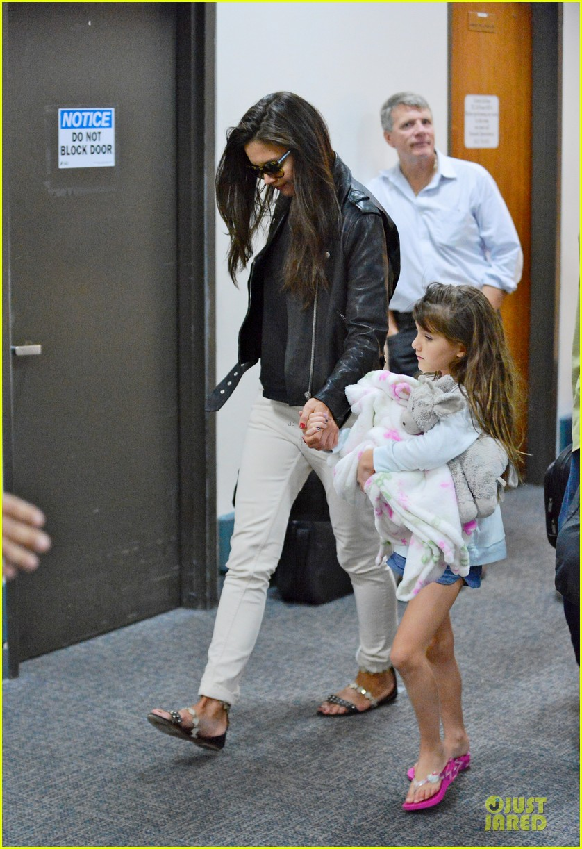 katie holmes suri hold hands after rare lax landing 012914810