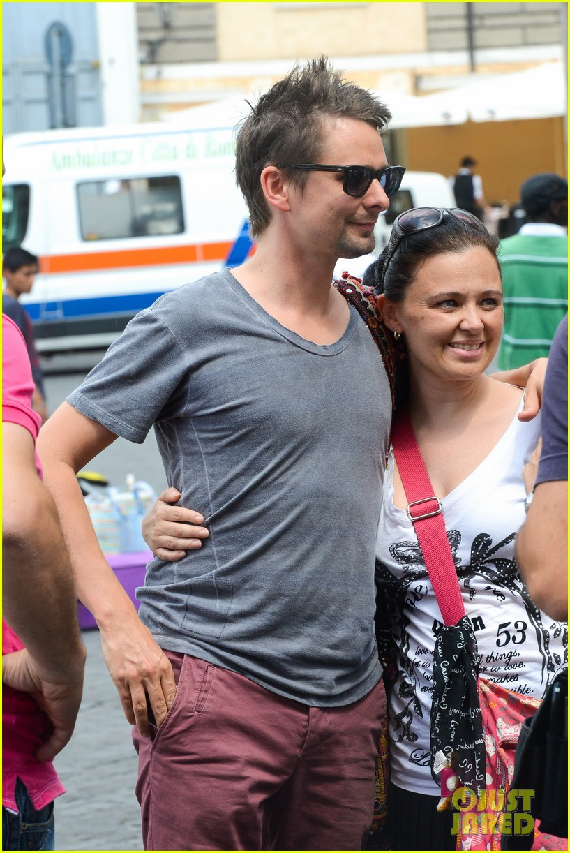 kate hudson matt bellamy fan friendly in rome 022905504