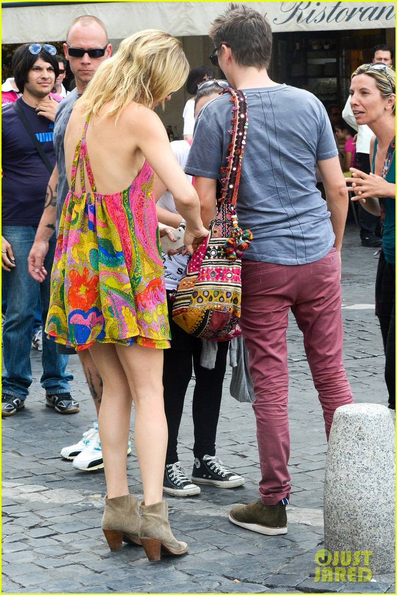 kate hudson matt bellamy fan friendly in rome 142905516