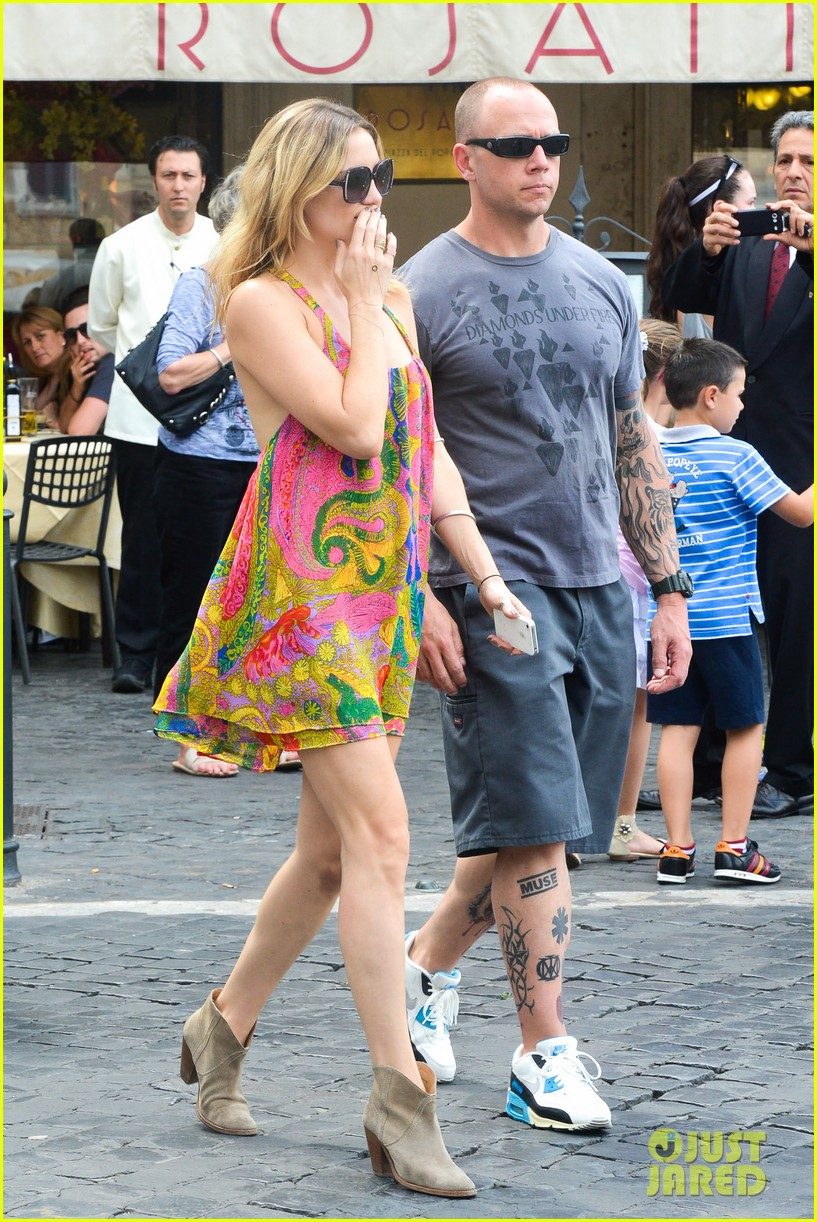 kate hudson matt bellamy fan friendly in rome 172905519