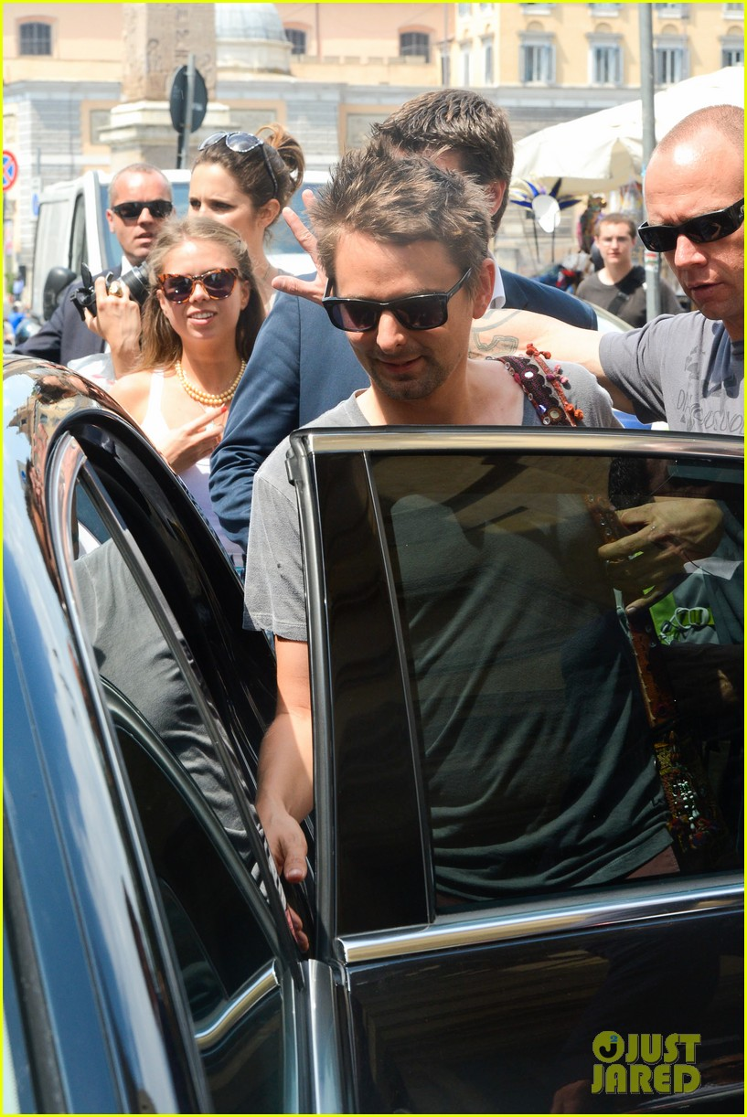kate hudson matt bellamy fan friendly in rome 19