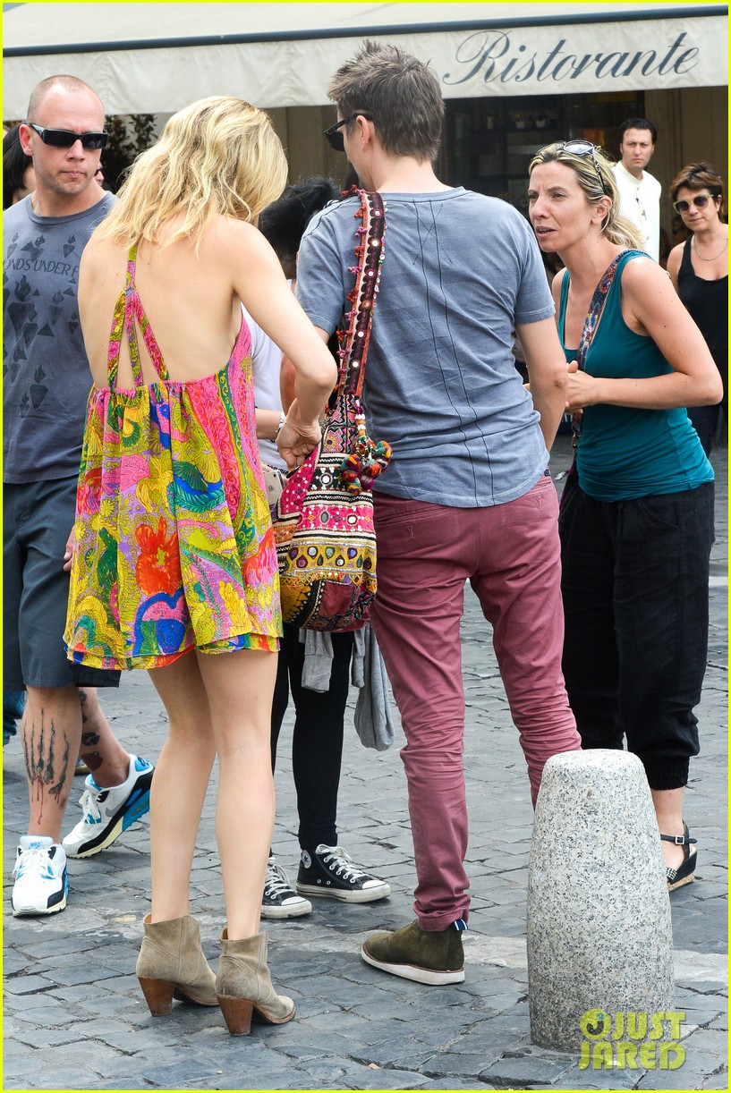 kate hudson matt bellamy fan friendly in rome 202905522