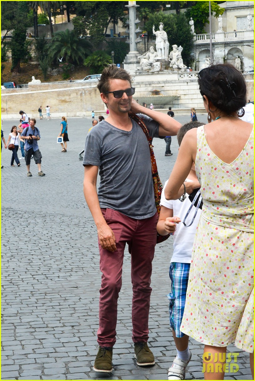 kate hudson matt bellamy fan friendly in rome 212905523