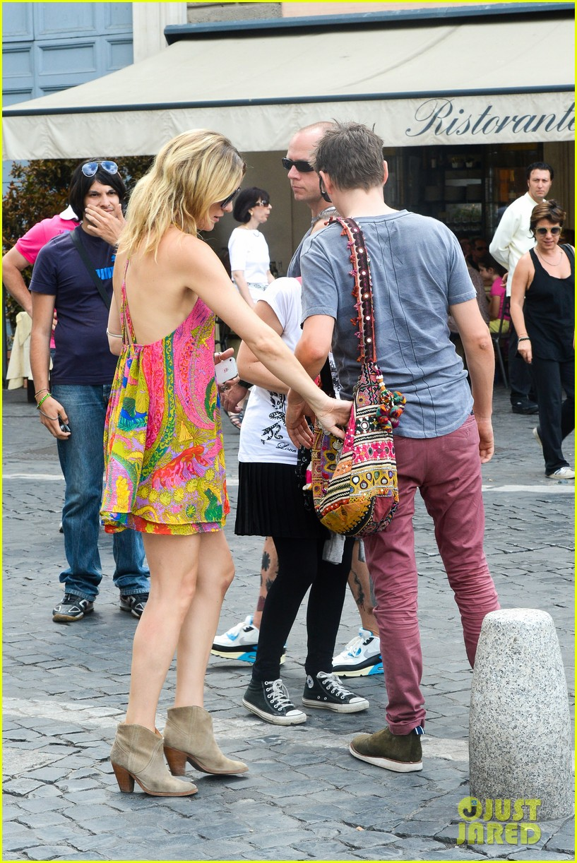 kate hudson matt bellamy fan friendly in rome 252905527