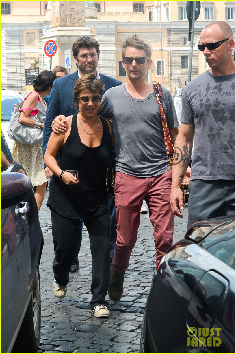 kate hudson matt bellamy fan friendly in rome 262905528