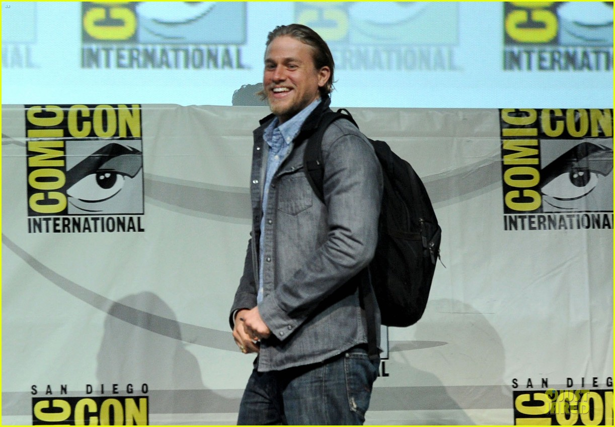 charlie hunnam son of anarchy panel at comic con 122914238