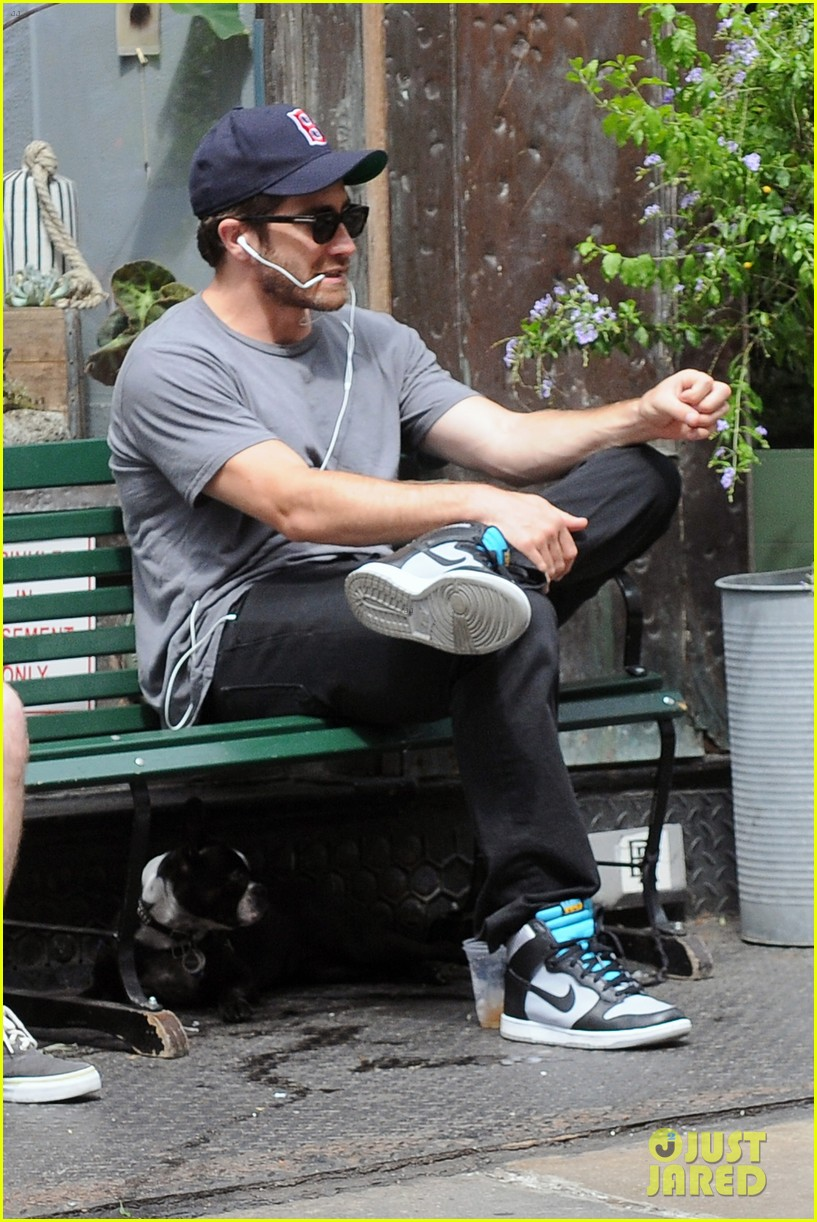 jake gyllenhaal takes his dog for a walk in nyc 04