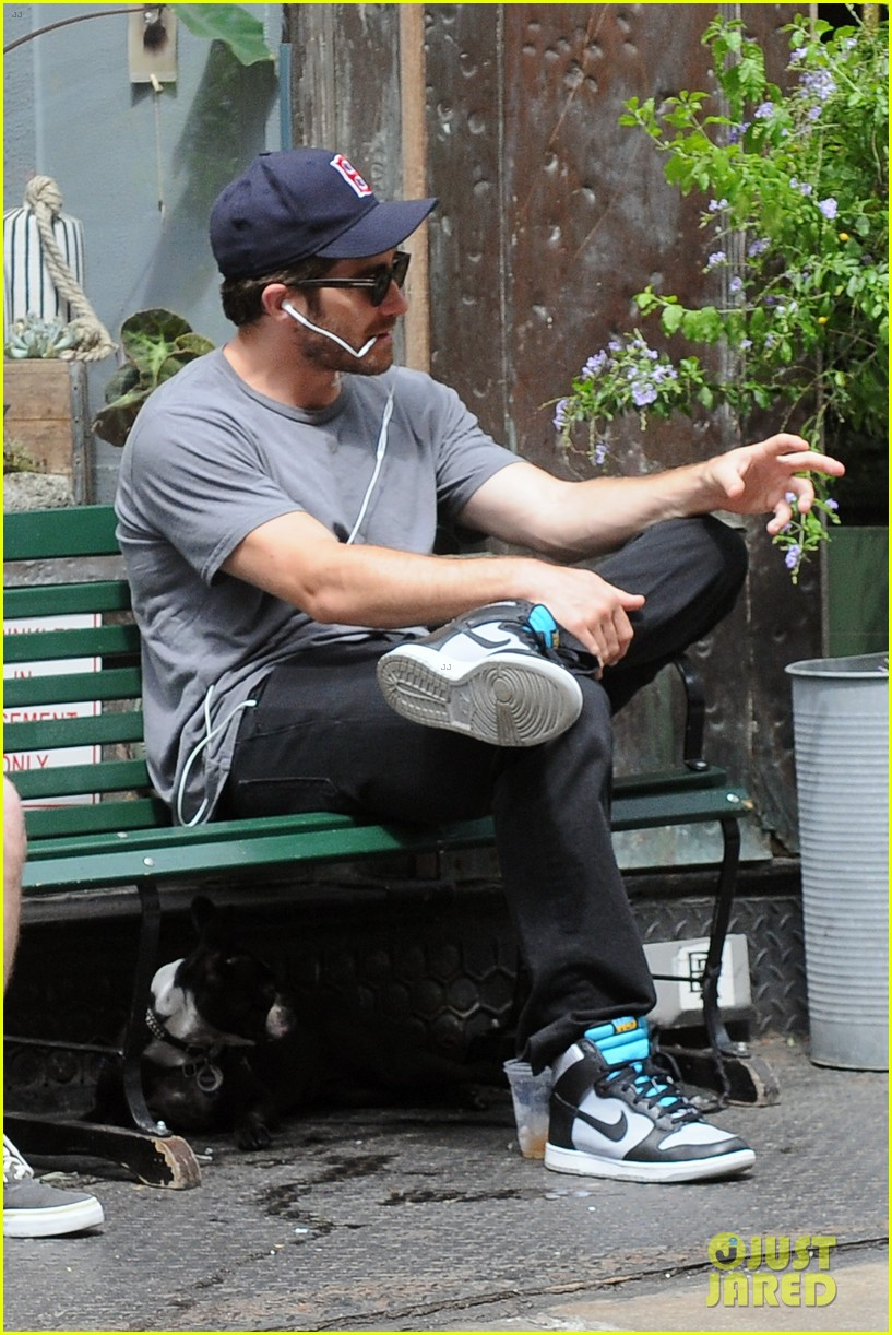 jake gyllenhaal takes his dog for a walk in nyc 092907438