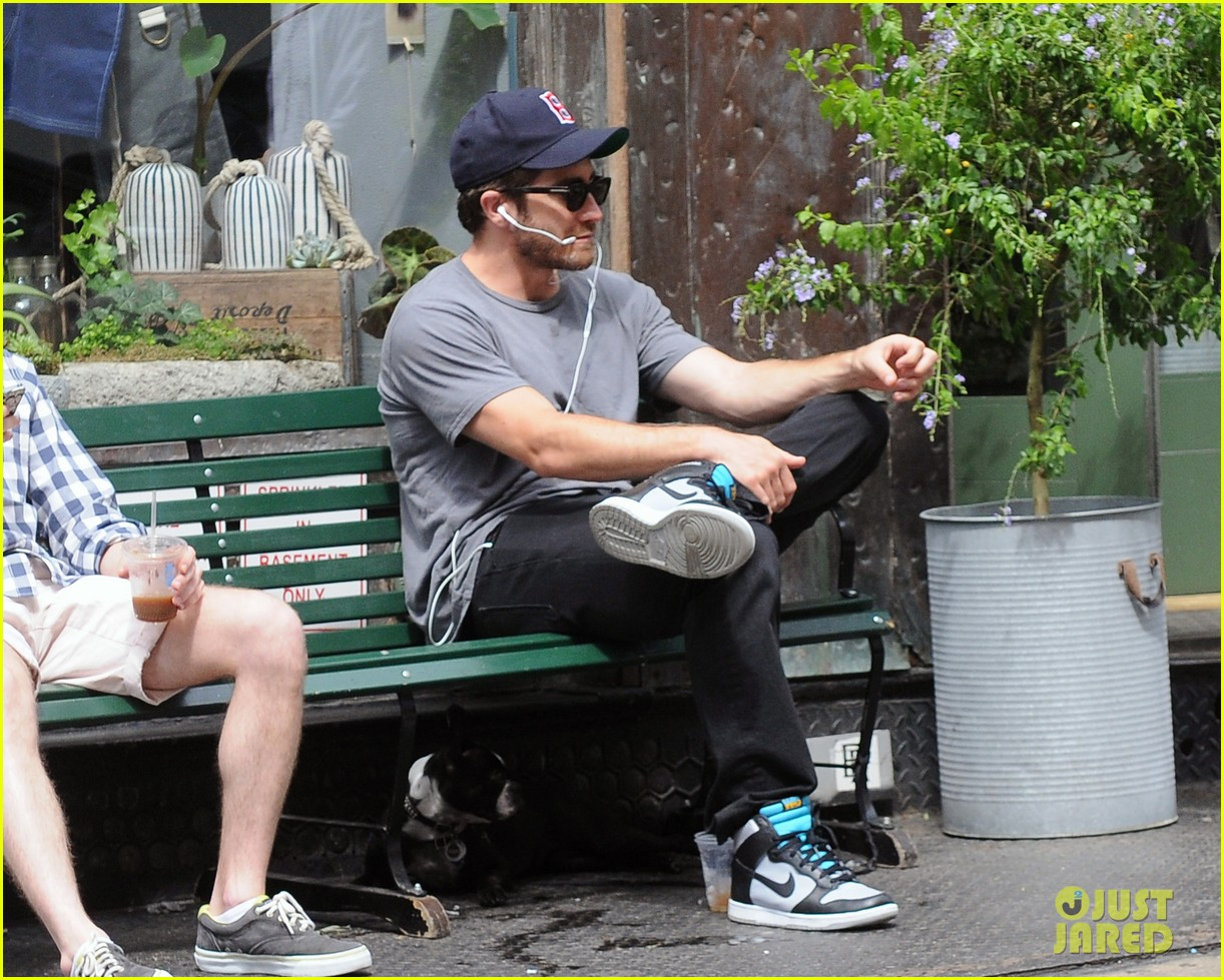 jake gyllenhaal takes his dog for a walk in nyc 10