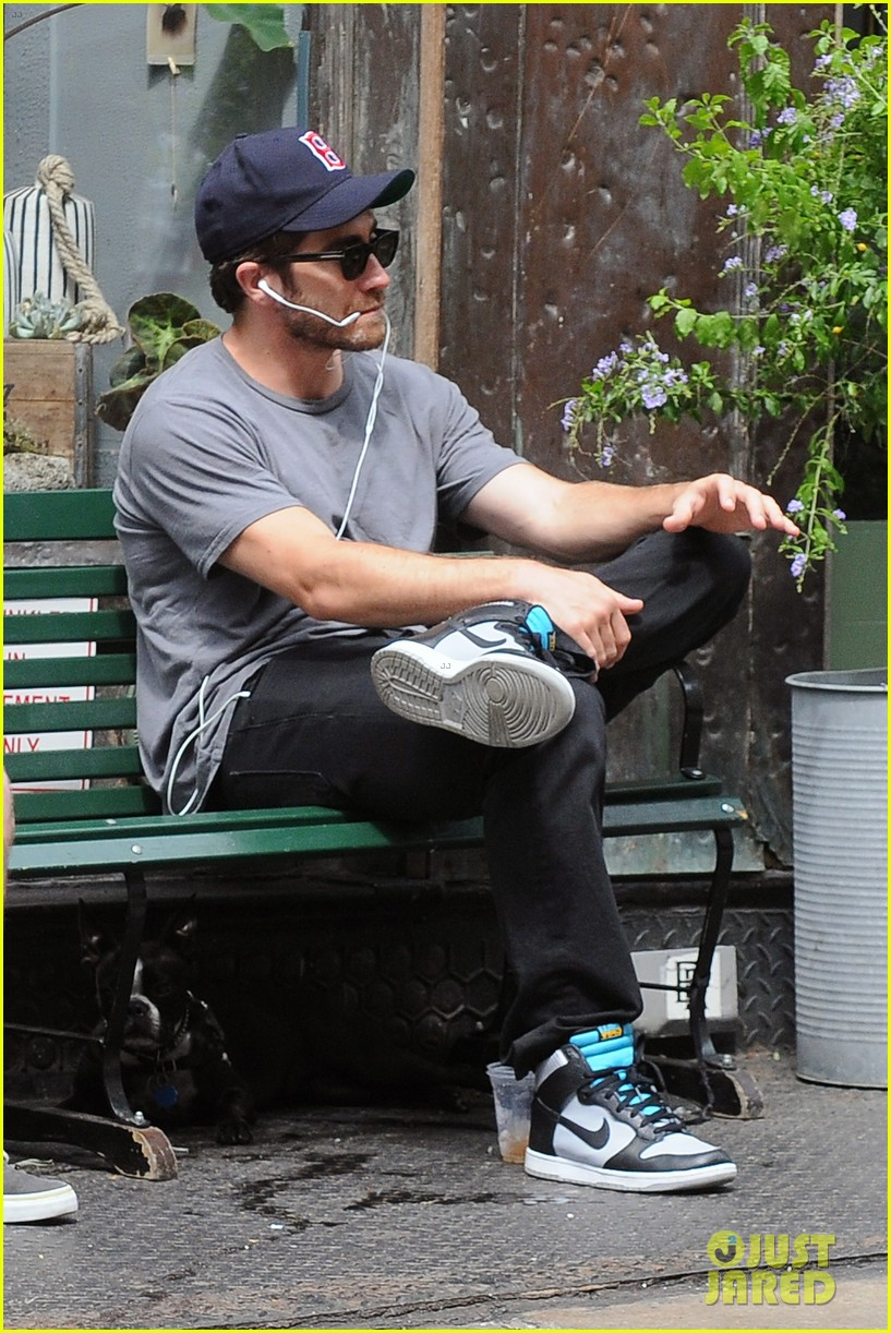 jake gyllenhaal takes his dog for a walk in nyc 142907443